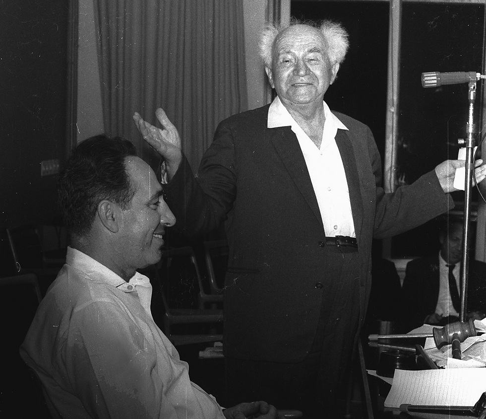 A young Peres with David Ben-Gurion in 1966 (Photo: Dan Hadani/IPPA) (צילום: דן הדני, מתוך אוסף IPPA, הספרייה הלאומית)