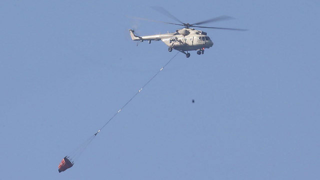 Egyptian firefighting helicopter over Tel Aviv en route to a fire (Photo: Motti Kimchi)