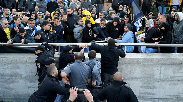 Police clashing with protesters (Photo: Reuters)