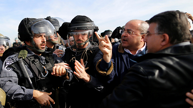 Arguing with police over evacuation of illegal Bedouin construction (Photo: Reuters)