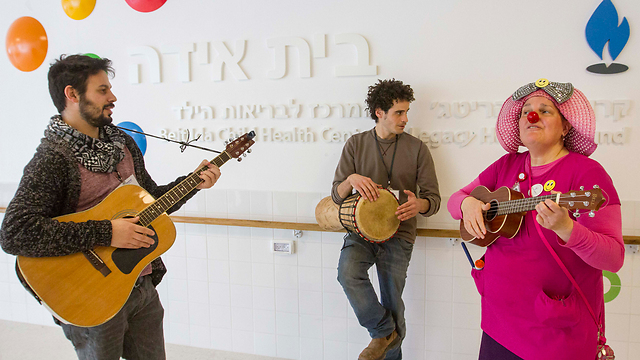 Entertainers in the pediatric ward (Photo: Ido Erez)