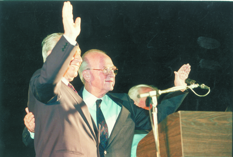 The first and last hug: Peres and Rabin at the rally for peace (Photo: Michael Kremer) (צילום: מיכאל קרמר)
