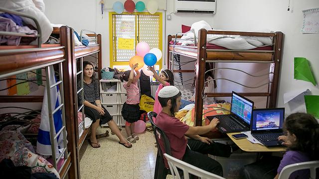 Amona evacuees living in Ofra youth hostels (Photo: Ohad Zwigenberg) (Photo: Ohad Zwigenberg)