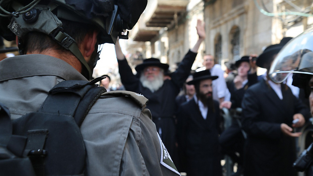 Police confronting Haredi attackers in Mea Shearim (File photo: Israel Police)