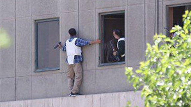 Iranian police rescuing hostages from the parliament (Photo: Reuters)