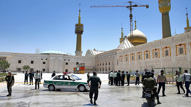 Police forces at the mausoleum of Ayatollah Khomeini, Wednesday. In spite of its oppressing regime, Iran was hit by an ISIS offensive (Photo: Reuters)