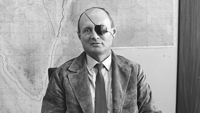 Geffen wrote that despite having only one eye, his relative Moshe Dayan 'saw Israel's security from afar' (Photo: Bamahane, courtesy of the IDF archives at the Defense Ministry)