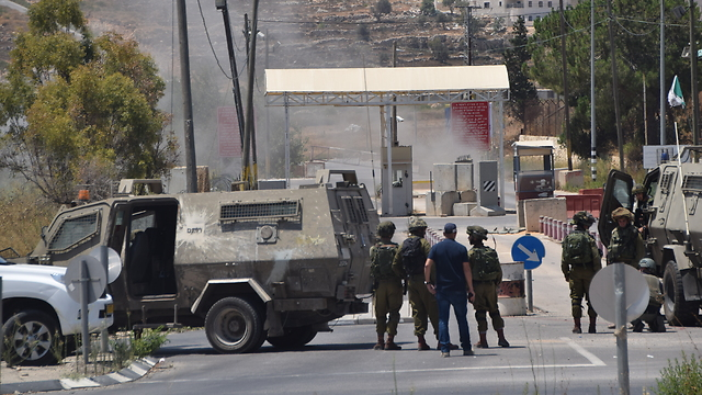 IDF soldiers after disarming the bomb at the 'Focus' Checkpoint near Beit El, 2016 (Photo: TPS)