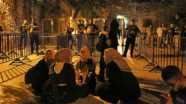 Muslim women protest in front of the metal detector gates (Photo: Ofer Meir)