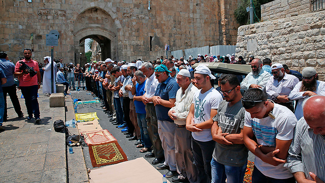 Palestinian praying outside of Temple Mount in protest of new metal detectors (Photo: AFP)