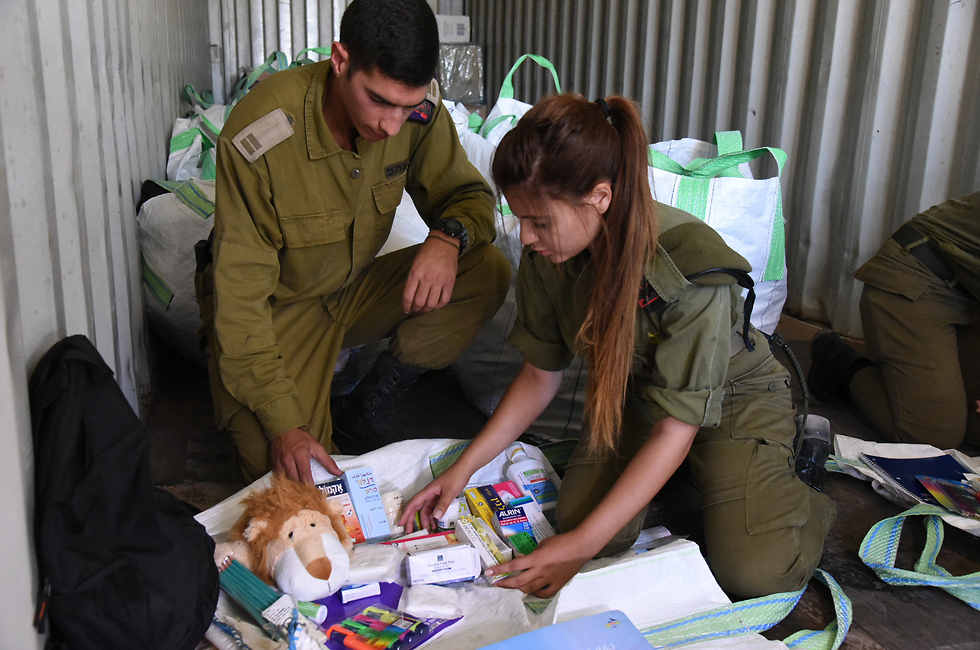 IDF soldiers putting together aid packages for Syrian refugees (Photo: Avihu Shapira) (צילום: אביהו שפירא)