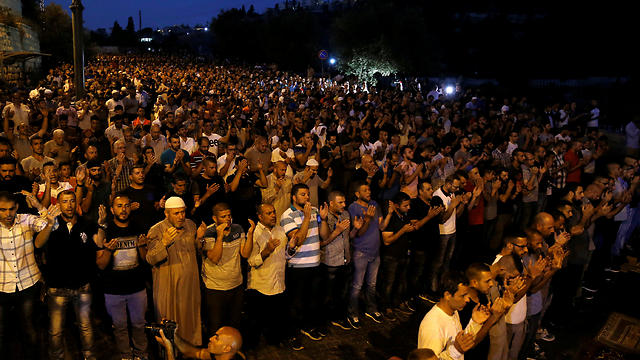 Muslim worshippers hold mass prayer outside Lions' Gate in protest of Temple Mount crisis (Photo: Reuters)