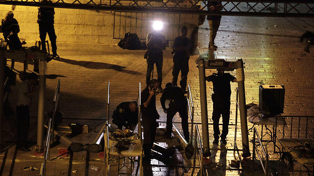Metal detectors dismantled outside the Temple Mount. The solution is in the leaders' hands (Photo: AP)
