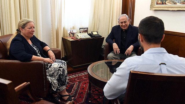 Prime Minister Netanyahu's meeting with the ambassador and security guard (Photo: Haim Zach/GPO)