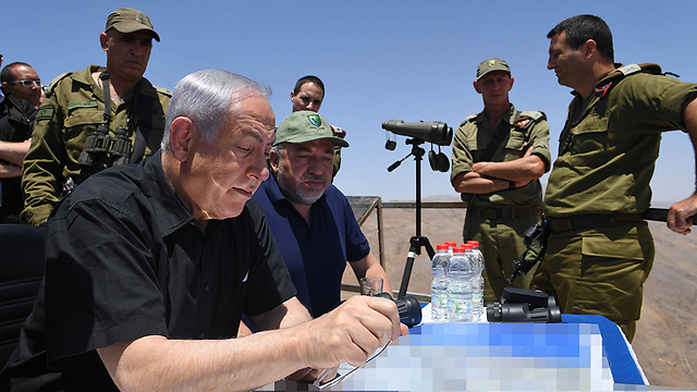 Prime Minister Netanyahu and Minister of Defense Lieberman were given a copy of the full report (Photo: Kobi Gideon, GPO) (Photo: Kobi Gideon, GPO)