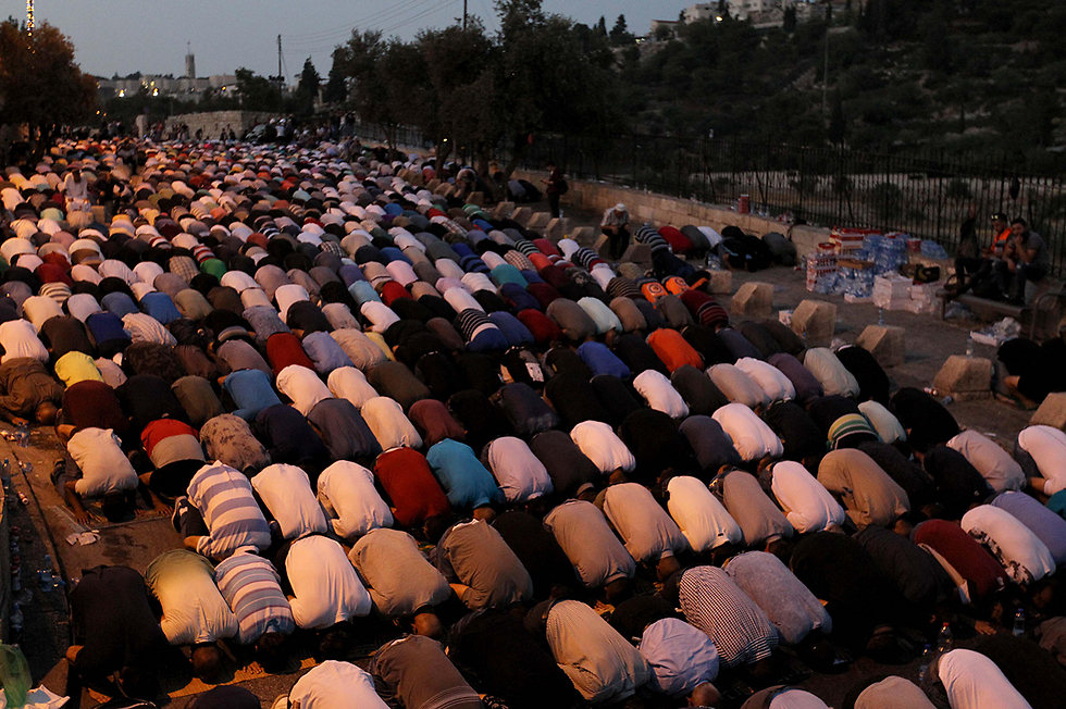 Muslim worshippers outside the Temple Mount (Photo: MCT)