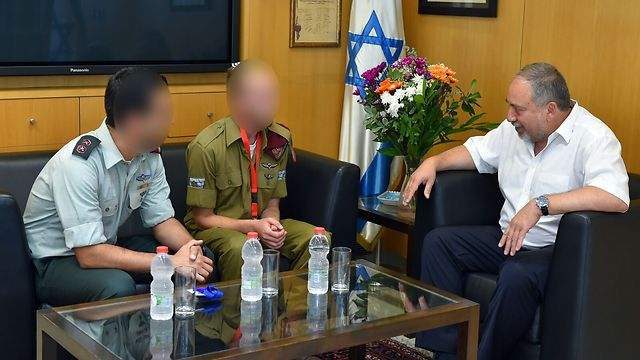 Lieberman meets with Staff Sergeant A. and his commander (Photo: Photo: Ariel Hermoni/Defense Ministry)