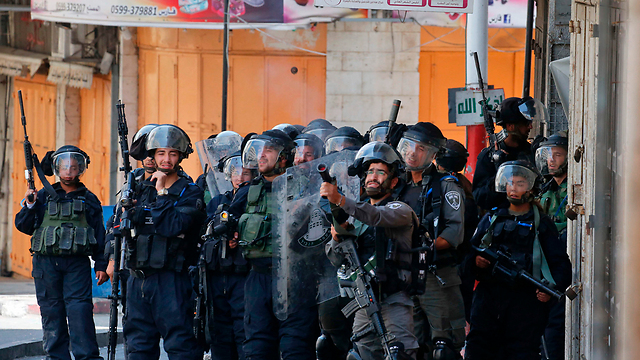 Israeli security forces in Hebron (Photo: AFP)