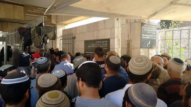 Jews enter the Temple Mount (Photo: Eitan Cohen, TPS)