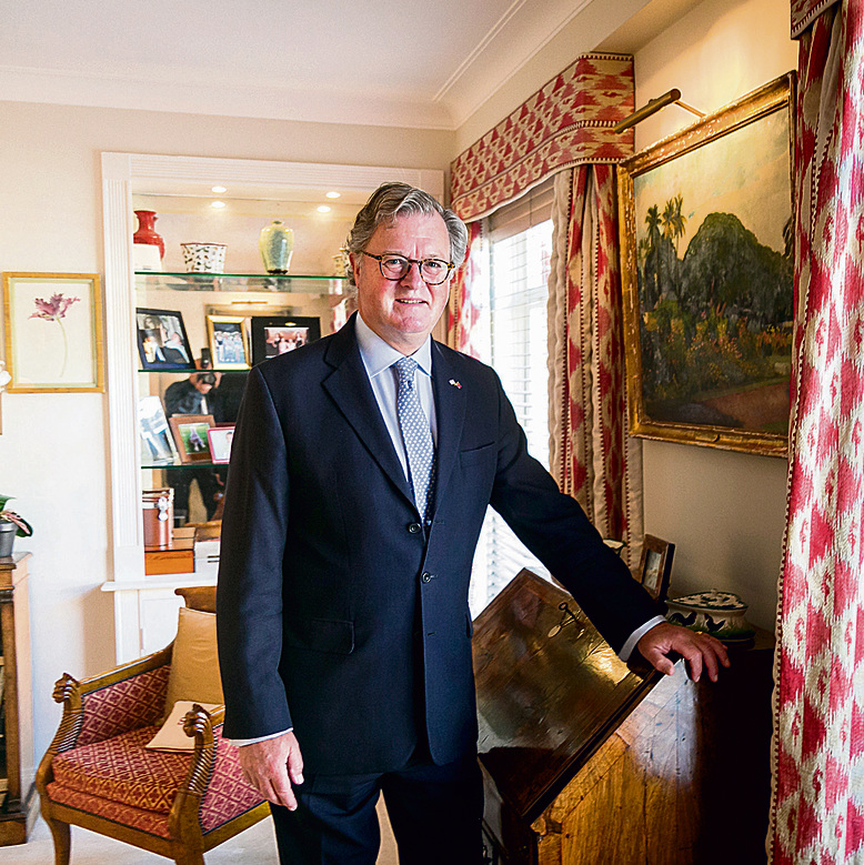 Lord Roddy Balfour in the living room of his estate (Photo: Yakir Zur)