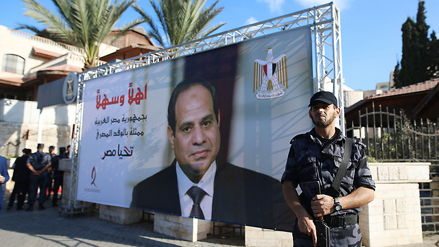 Egyptian soldier standing in front of a poster of Abdel Fattah el-Sisi (Photo: AFP)