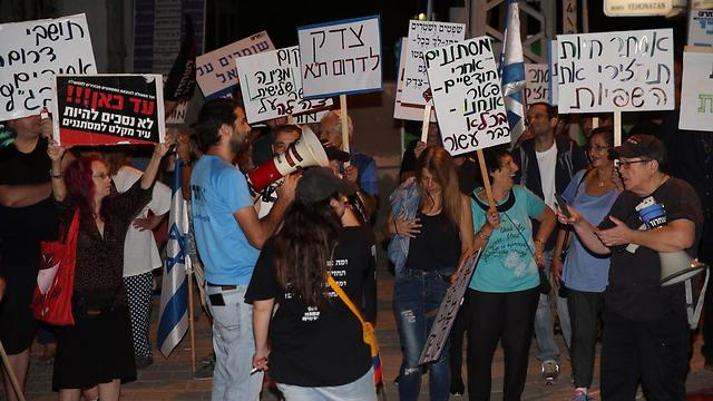 South Tel Aviv residents protesting to expel migrants (Photo: Motti Kimchi)