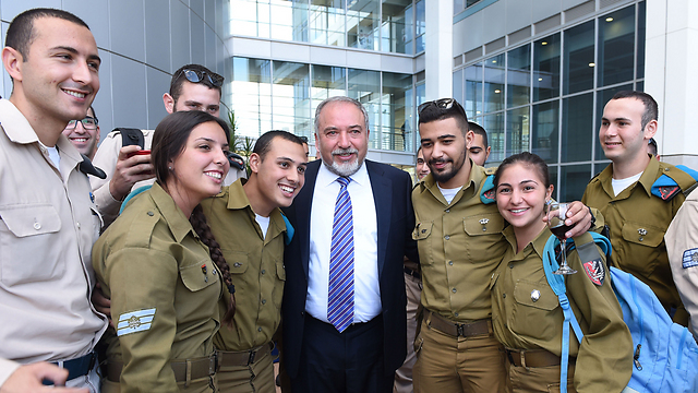 Defense Minister Avigdor Lieberman with IDF soldiers on Sukkot (Photo: Defense Ministry)
