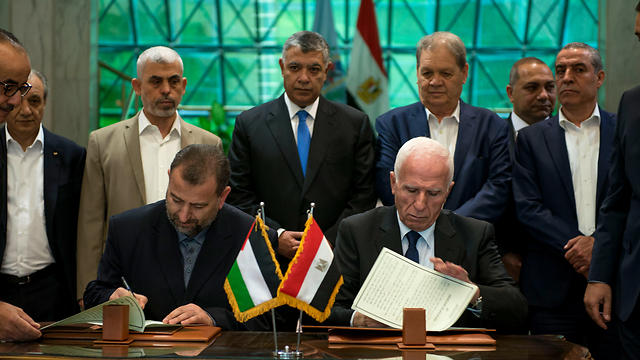 Palestinian factions sign reconciliation agreement in Cairo (Photo: EPA)