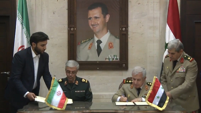 Iranian Chief of Staff Mohammad Bagheri (L) signing the MoU with his Syrian counterpart Ayyoub