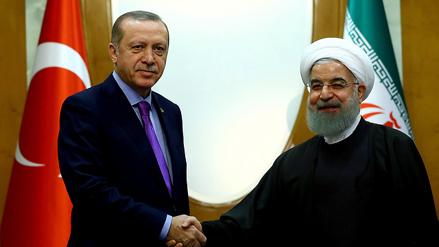 Erdoğan (L) shaking hands with Rouhani (Photo: Reuters)