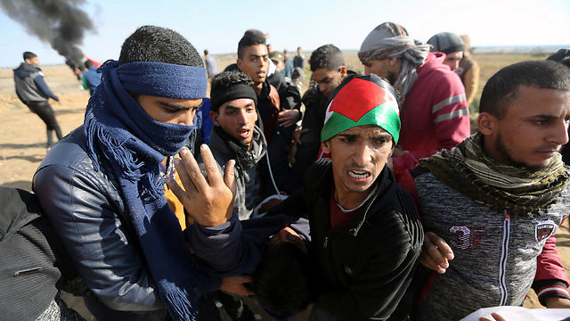 Palestinians wounded in demonstrations being removed (Photo: Reuters)