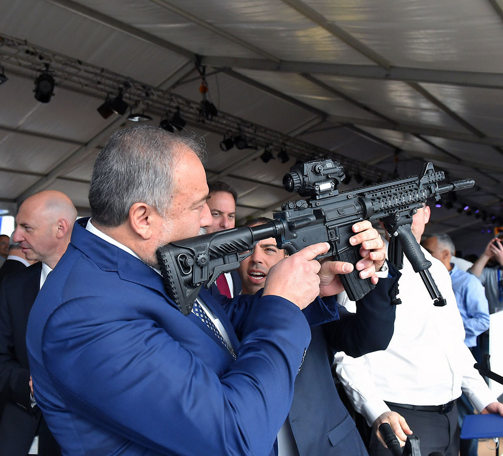 Defense Minister Lieberman at the ELSEC plant (Photo: Ariel Hermoni/Ministry of Defense)
