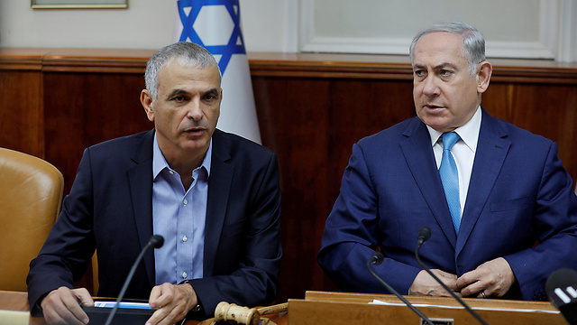 Finance Minister Kahlon (L), PM Netanyahu and the rest of the cabinet will discuss the 2019 budget Thursday (Photo: Reuters)