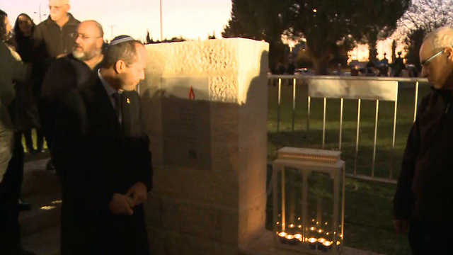 Jerusalem Mayor Barkat unveils the memorial for the victims (Photo: Ofer Meir)