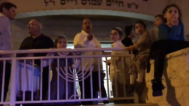 The altercation outside the synagogue (Photo: Ariel Schnabel, Makor Rishon)