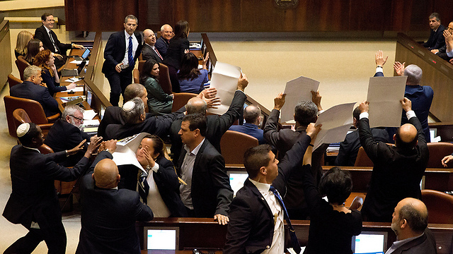 Arab MKs disrupt Pence's speech before being forcefully removed by ushers. A successful moment for the vice president  (Photo: EPA)