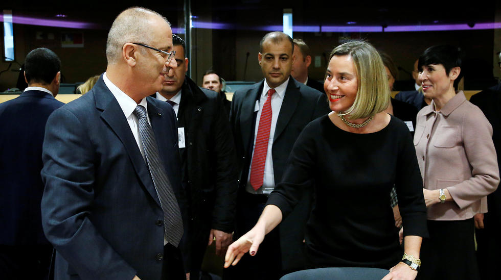 EU foreign policy chief Federica Mogherini (R) welcomes Palestinian Prime Minister Rami Hamdallah (Photo: Reuters)