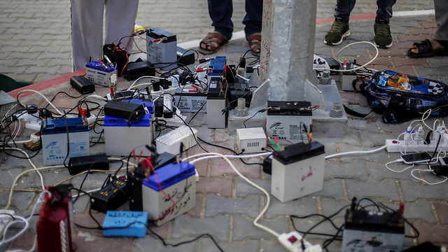 Only a few hours of electricity daily (Photo: AFP)