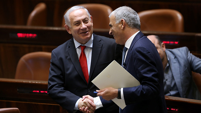 Finance Minister Kahlon (R) said the only one capable of making the final decision on whether to indict PM Netanyahu was AG Mandelblit (Photo: Alex Kolomoisky)