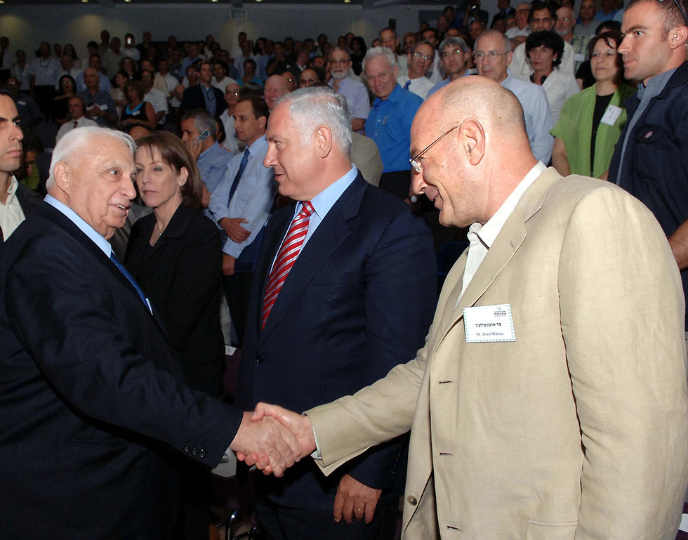 Milchan and Netanyahu with Ariel Sharon in a photo from 2005 (Photo: Moshe Milner/GPO)
