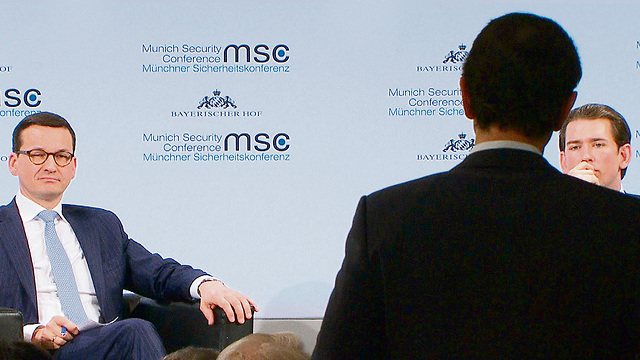 Ronen Bergman (with his back to the camera) addressing Polish Prime Minister Mateusz Morawiecki (L) at the Munich Security Conference (Photo: Bayerischer Rundfunk 2018)