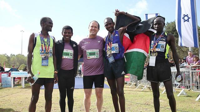 Olympic running legend Haile Gebrselassie (2nd left) will be running the 10km heat along with Jerusalem Mayor Barkat (center) (Photo: Flash 90)