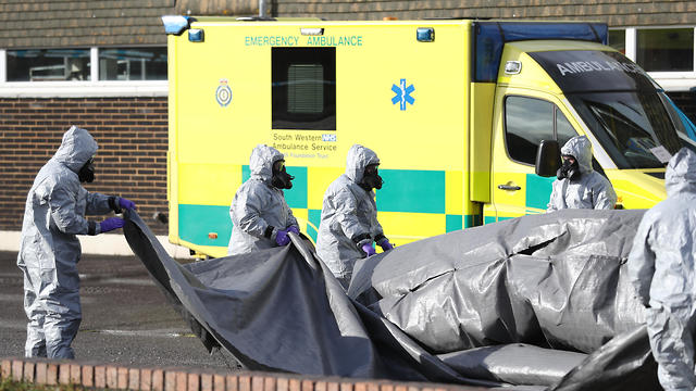Investigators in the UK examine area where double agent was poisoned (Photo: MCT)