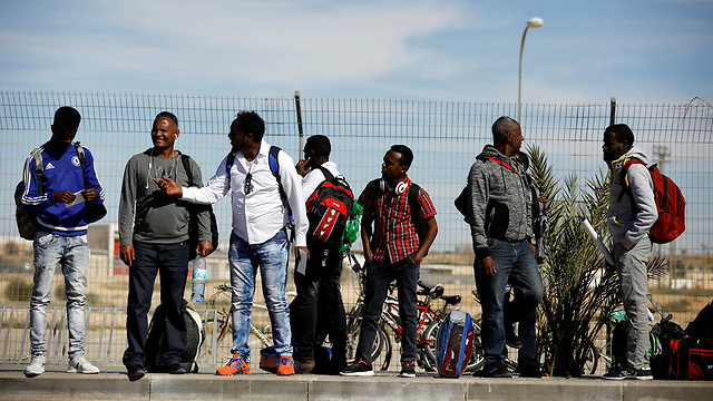 Asylum seekers leaving Holot (Photo: Reuters)