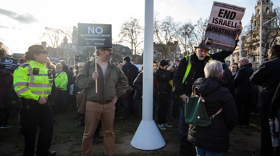 British Jews protest outside parliament against Labour's Jeremy Corbyn and met with counter-protest (Photo: GettyImages)