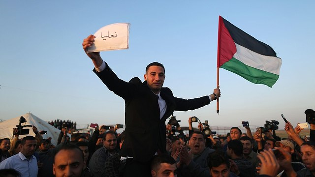 Palestinians by the border (Photo: AFP)