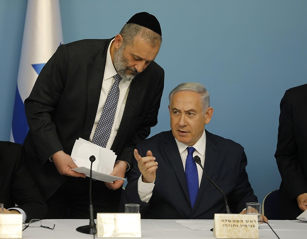 Deri and Netanyahu, at the press conference (צילום: אוהד צויגנברג)