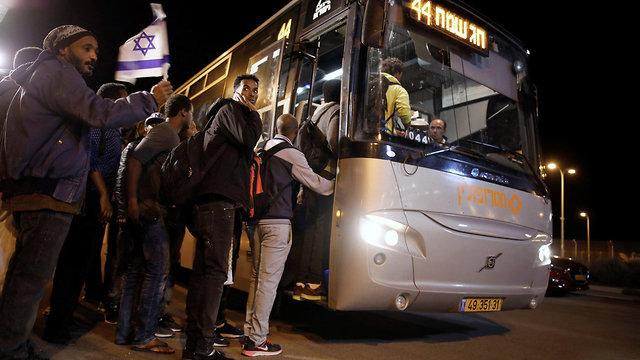 African migrants freed from Saharonim board a bus (Photo: Reuters)