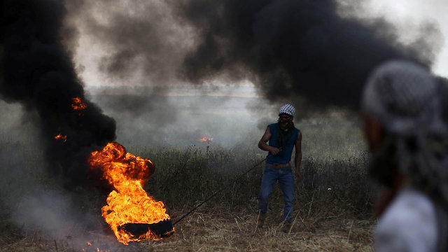 Tires burnt in protest on Gaza border (Photo: Reuters)