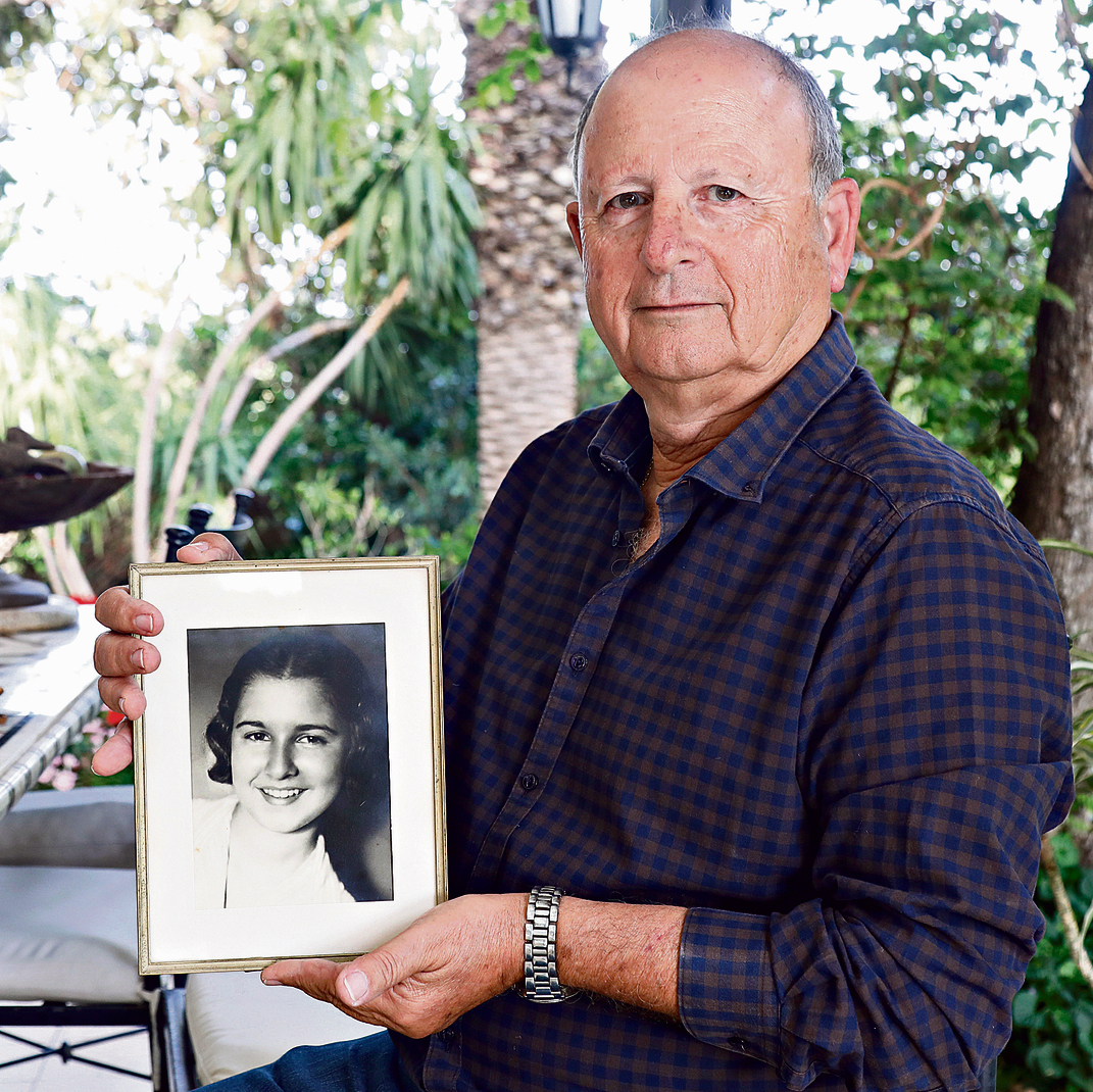 Colonel (res.) Danny Ben Ari holds a picture of his late mother (Photo: Shaul Golan)